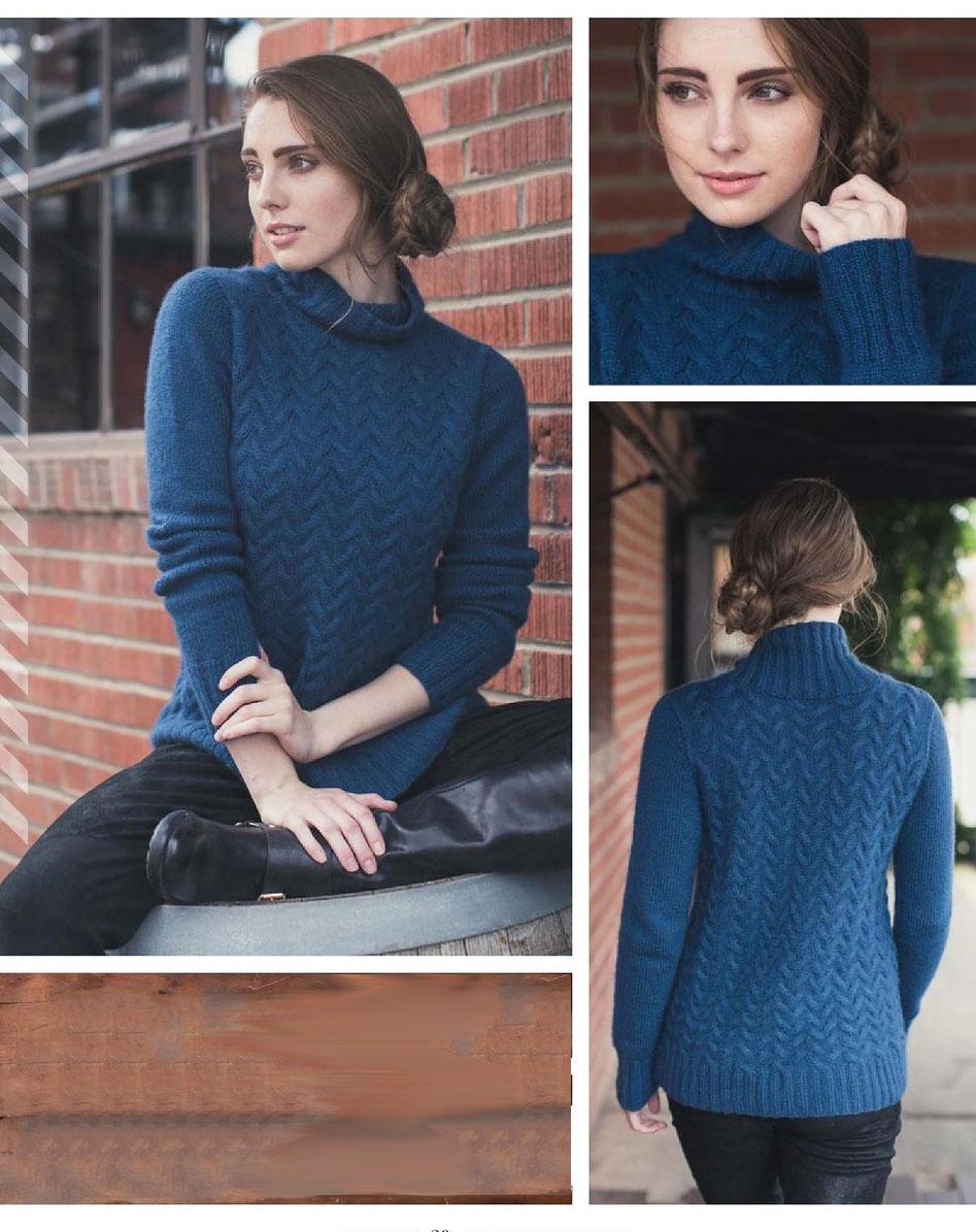 Синий свитер спицами с узором из кос