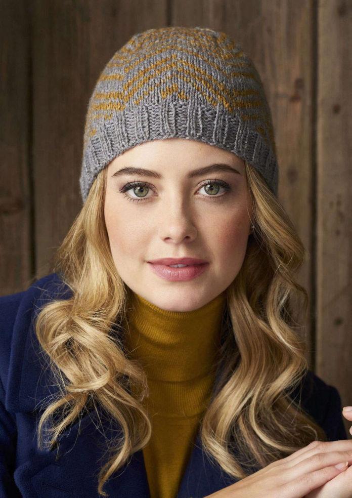 Женская шапка спицами в полоску в виде елочки