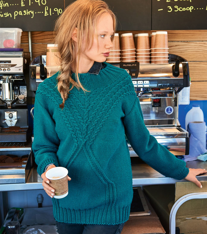 Пуловер с кокеткой из кос вязаный спицами