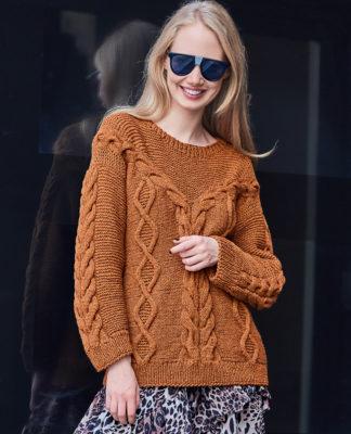 Горчичный пуловер спицами с центральной расходящейся косой схема вязания для женщин