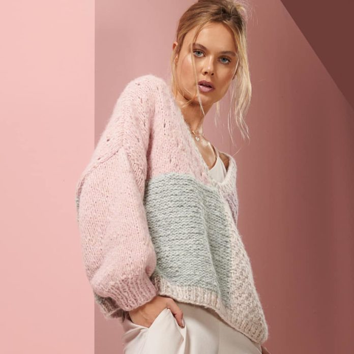 Пуловер в стиле оверсайз с сочетанием пряжи в пастельных тонах схема вязания с подробным описанием