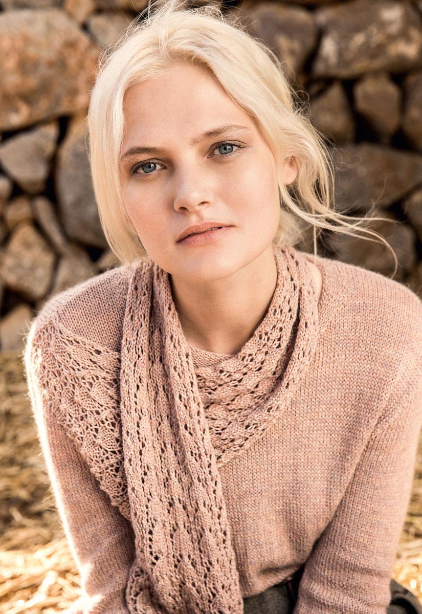 Женский пуловер с пришивным ажурным шарфом