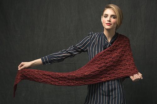 Вязаная шаль спицами с плетенным узором