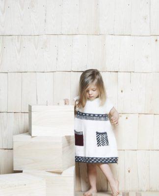 Детское платье спицами с интересной отделкой схема вязания