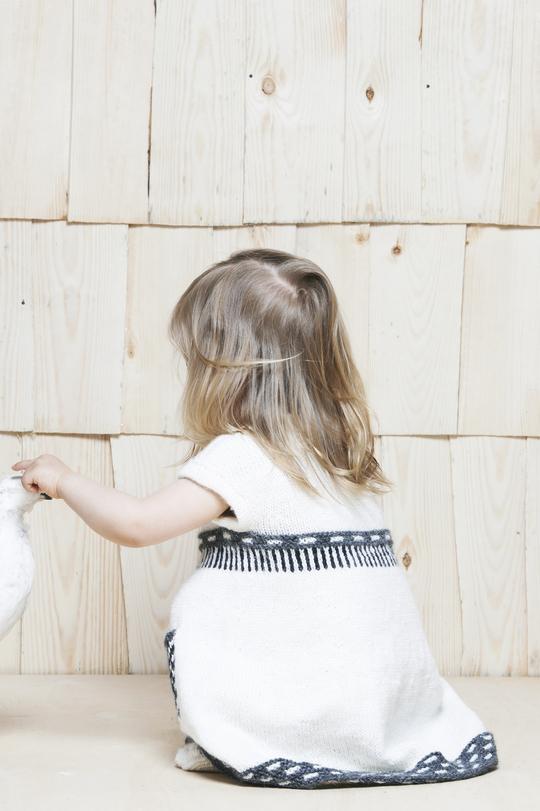 Детское платье спицами с интересной отделкой