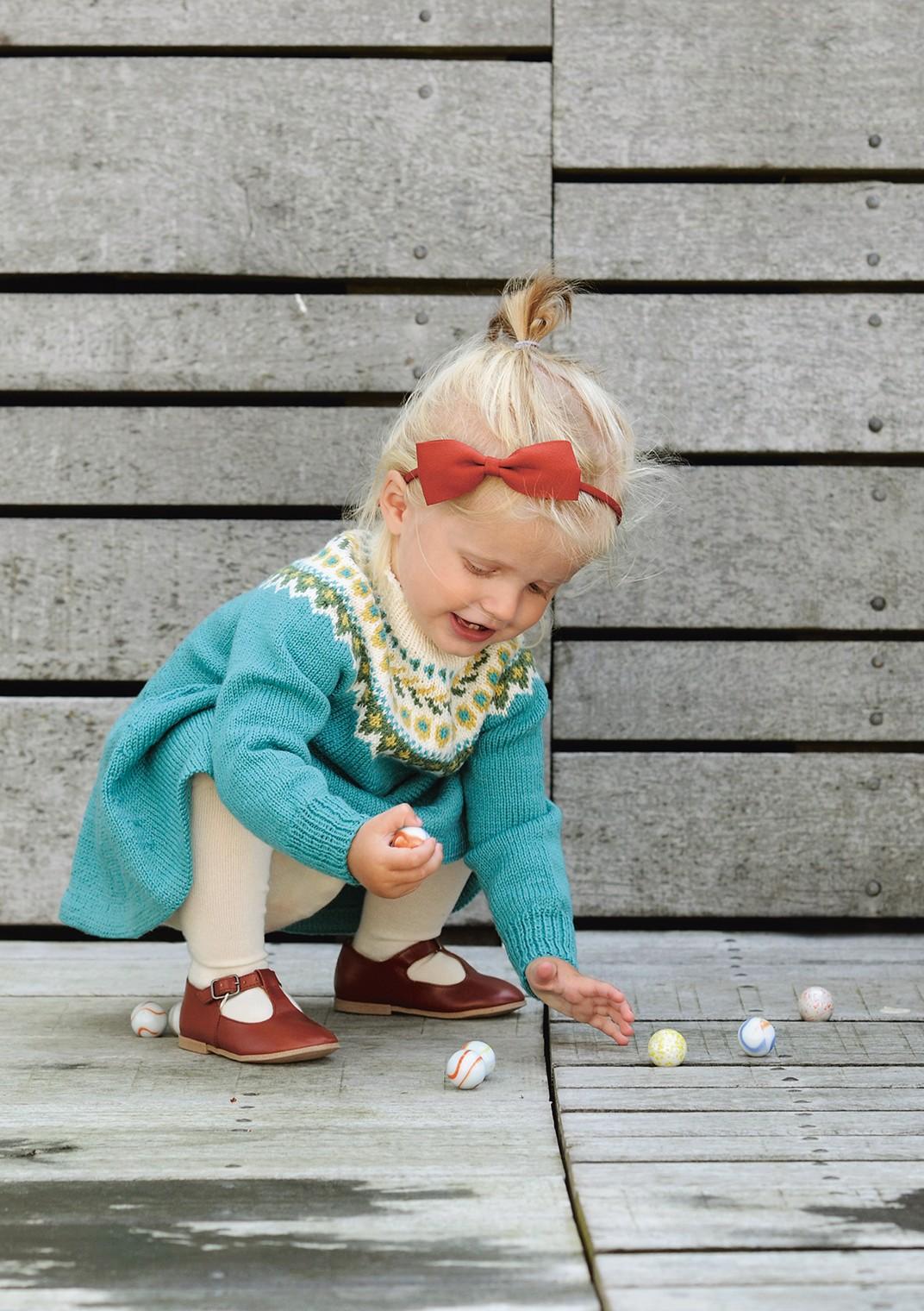 Платье для девочки спицами с жаккардовой кокеткой
