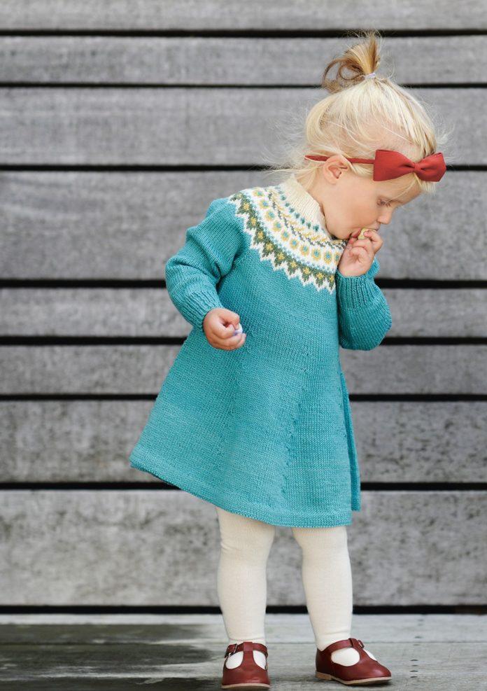 Платье для девочки спицами с жаккардовой кокеткой схема вязания с подробным описанием