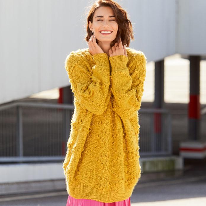 Удлиненный пуловер спицами с узором из шишечек