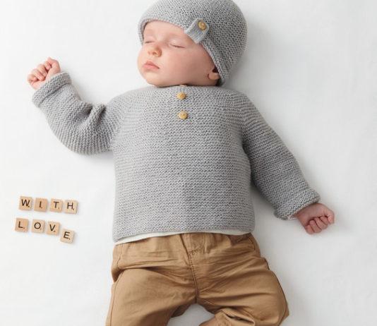 Комплект для новорожденного: шапочка, пинетки и кофточка спицами