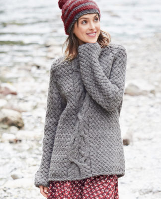 Свободный пуловер с косой и плетеным узором схема вязания с подробным описанием