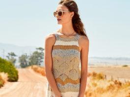 Платье спицами с сочетанием узоров и полос с бахромой схема вязания с подробным описанием