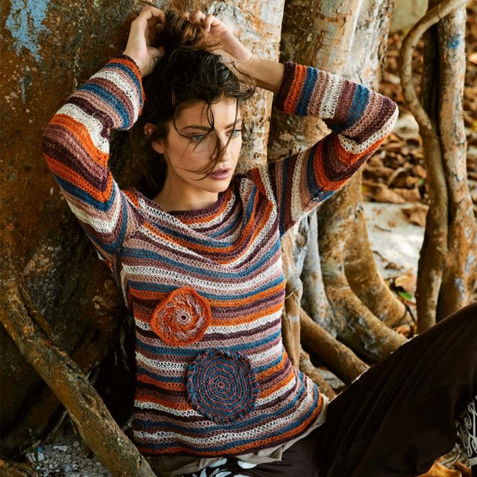 Полосатый пуловер спицами, украшенный аппликацией схема вязания спицами с подробным описанием для женщин