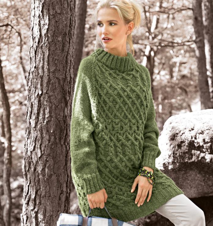 Удлиненный свитер спицами с плетенным узором из кос схема вязания спицами с подробным описанием для женщин
