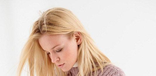 Пуловер с узором из кос из пряжи двух цветов схема вязания с подробным описанием для женщин бесплатно