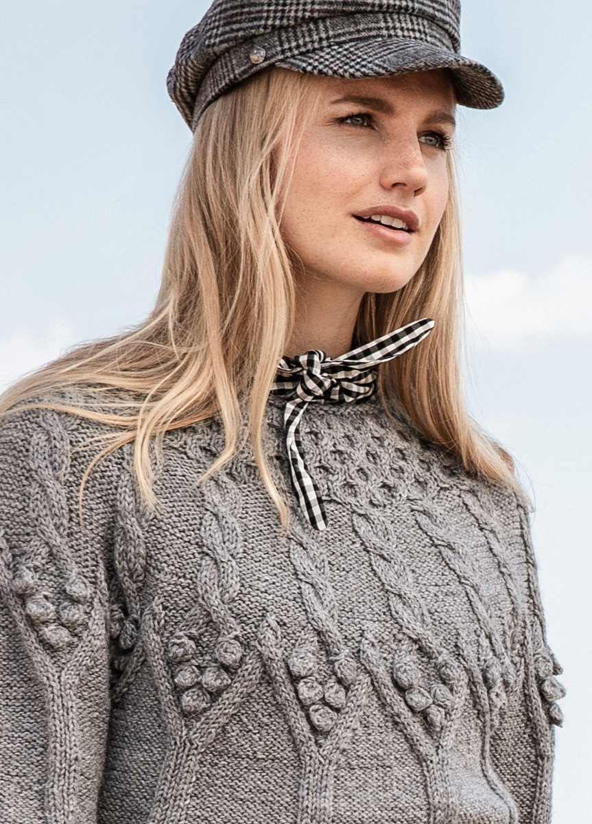 Удлиненный пуловер спицами на круглой кокетке