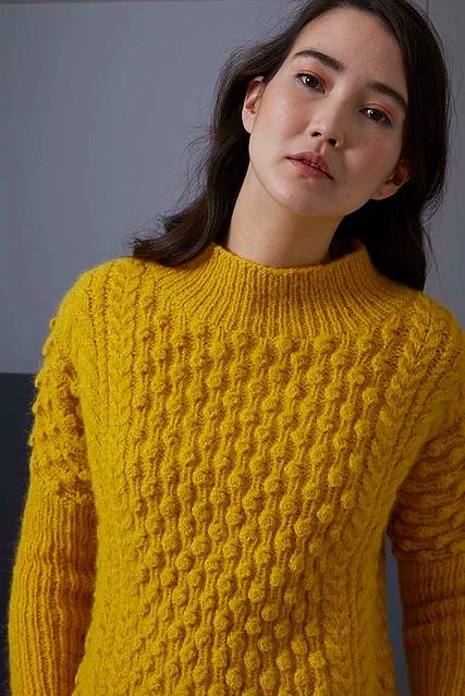 Пуловер спицами с фантазийным узором из шишечек