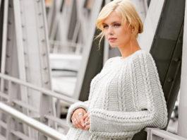 Удлиненный пуловер с круглой кокеткой с узором из кос схема вязания спицами для женщин бесплатно