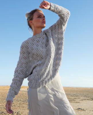 Пуловер с рукавом летучая мышь узором Листики схема вязания