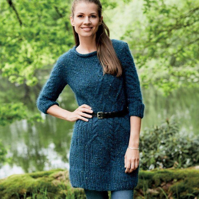 Вязаное платье спицами на осень из зеленой пряжи