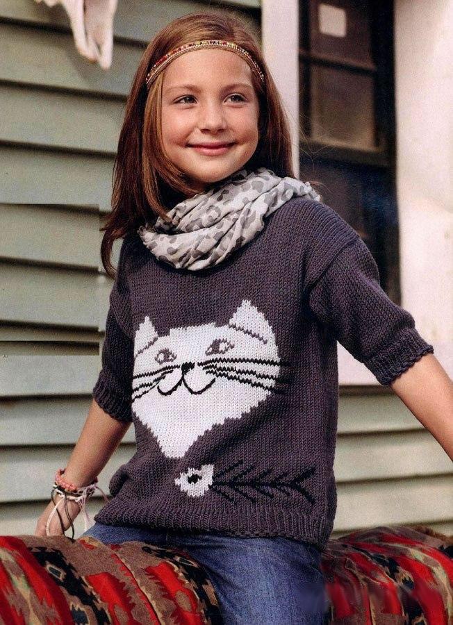 Вязаный спицами пуловер для девочки с аппликацией