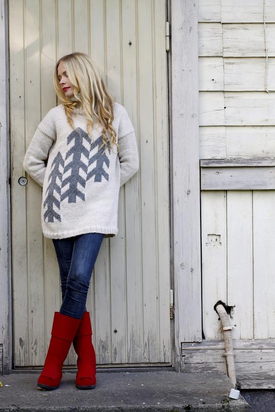 Уютный свитер спицами с аппликацией