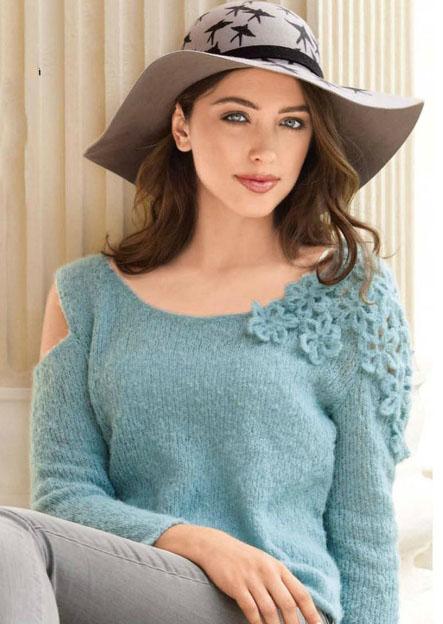 Вязаный пуловер спицами с цветами на плече