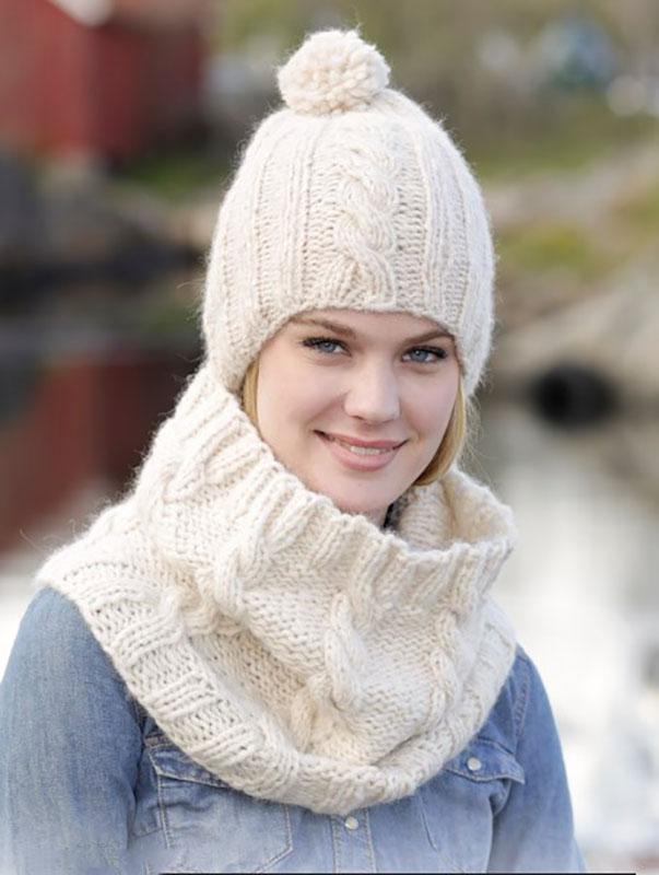 Вязаный комплект: белая шапка и снуд спицами