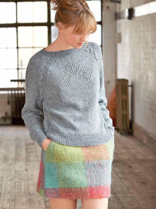 Серый пуловер спицами с ромбами и косами