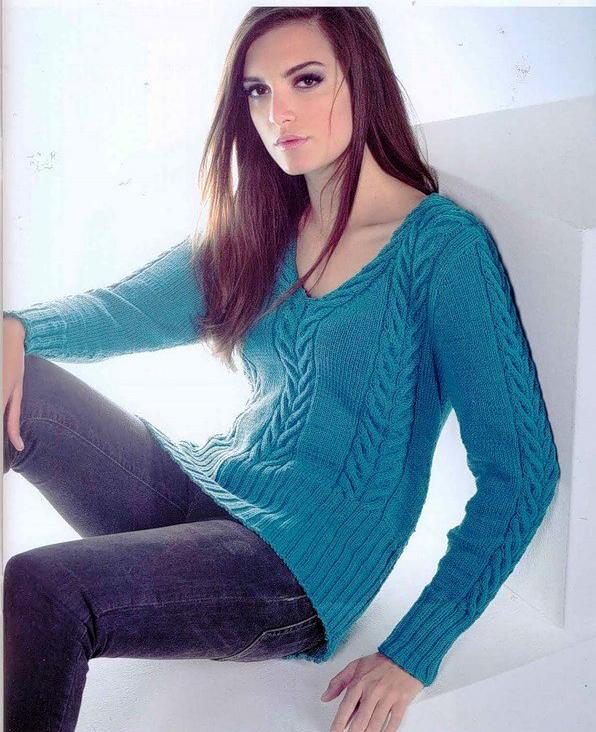 Голубой пуловер спицами с V-вырезом и узором из жгутов