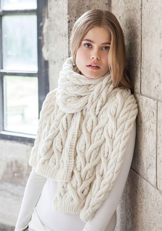 Белый шарф спицами с узором из крупных кос