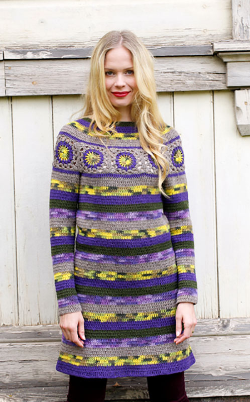 Теплое платье крючком из пряжи разных цветов