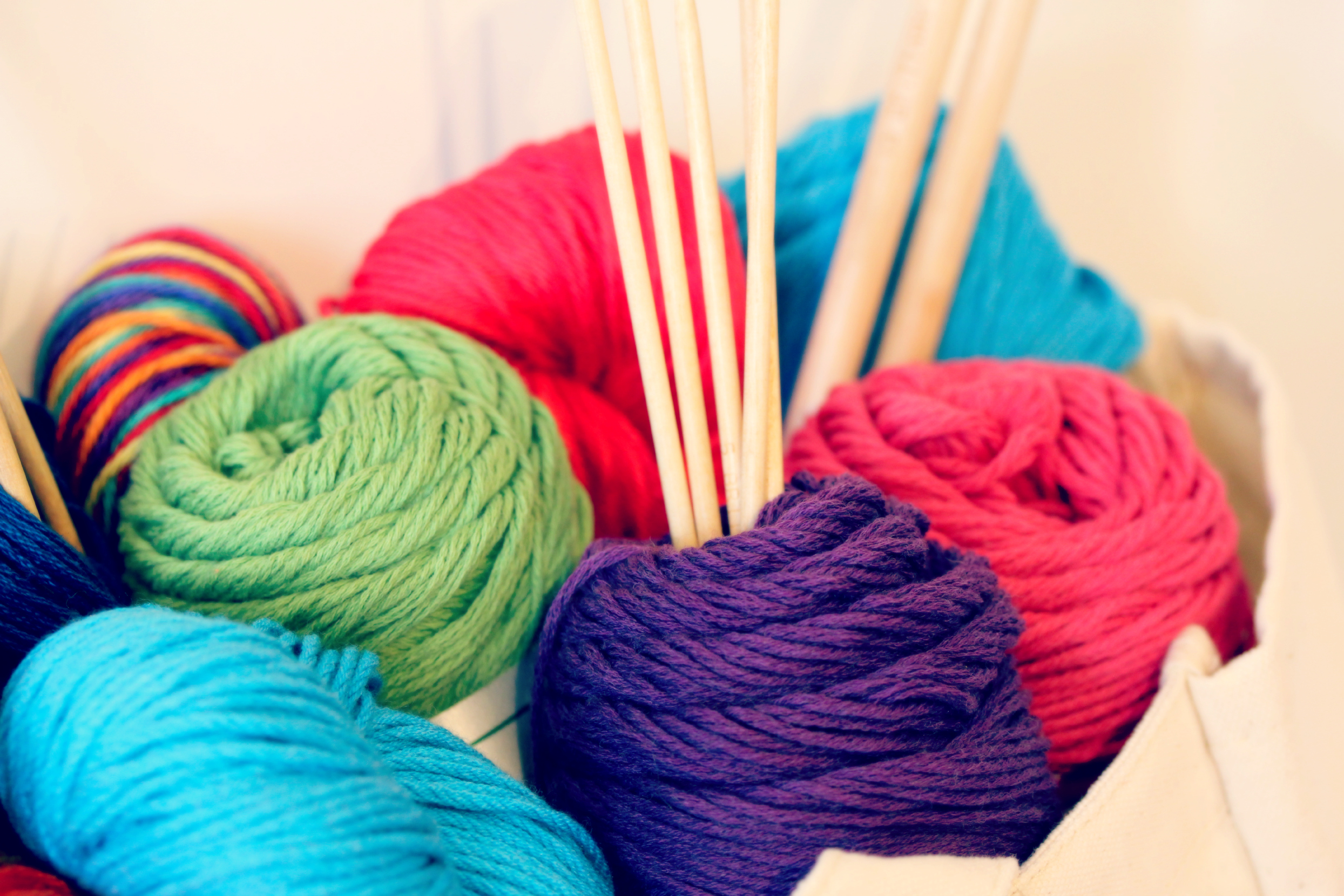 colored-yarns-and-needles-whippletree-yarn-shop Вязание спицами для начинающих: фото, видео, схемы