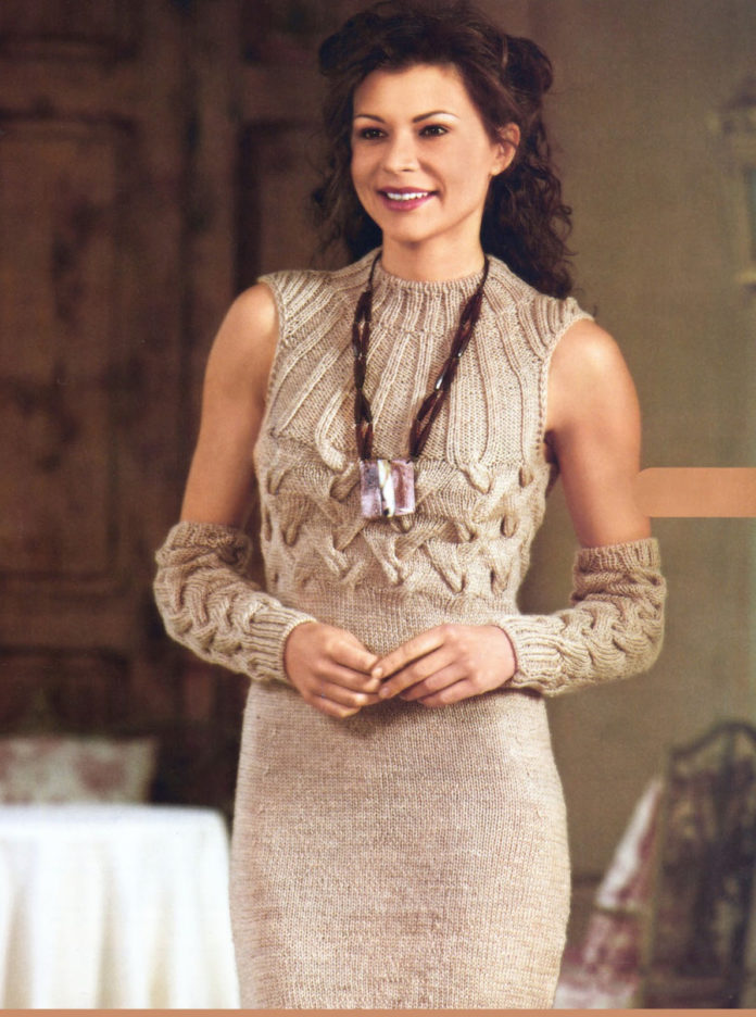 Бежевое платье спицами с узором из Кос и рукавами митенками схема вязания спицами с подробным описанием для женщин
