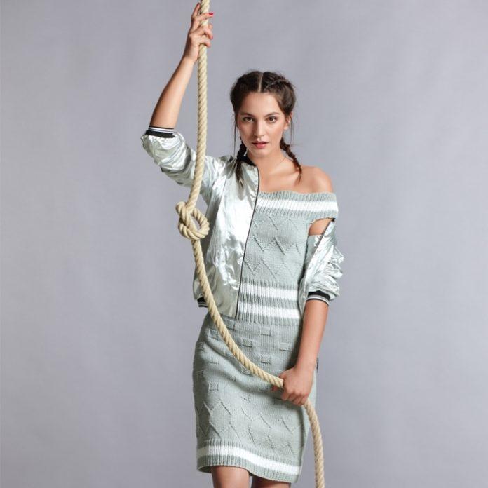 Платье спицами с открытыми плечами с рельефными узорами схема вязания спицами с подробным описанием для женщин