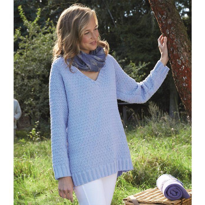 Удлиненный летний пуловер спицами нежно-василькового цвета схема вязания с подробным описанием