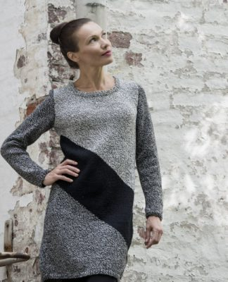Платье спицами с контрастной диагональной полосой схема вязания с описанием