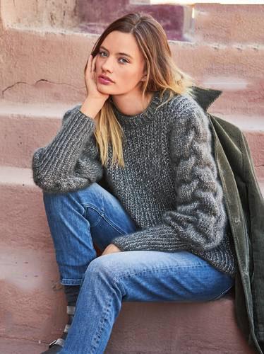 Женский свитер с косами на рукаве - Портал рукоделия и моды