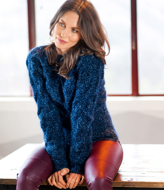 Цельновязаный свитер спицами с узором из кос схема вязания с подробным описанием для женщин