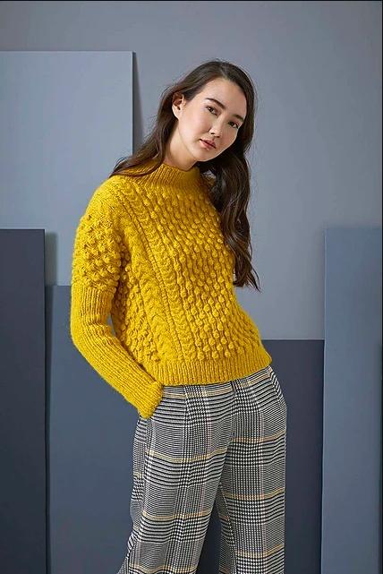 Пуловер спицами с фантазийным узором из шишечек схема вязания с подробным описанием для женщин