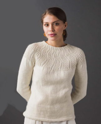 """Белый пуловер спицами на круглой кокетке """"Undulating Lines"""" схема вязания с подробным описанием для женщин бесплатно"""