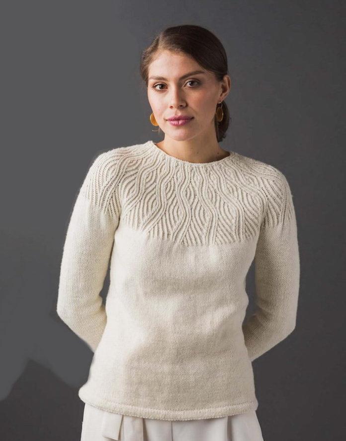 Белый пуловер спицами на круглой кокетке