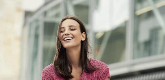 Летний топ спицами с V-образным вырезом и акцентным узором схема вязания с подробным описанием для женщин бесплатно